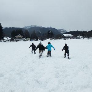 大自然の中で雪遊び