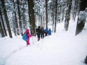 雪山をトレッキング